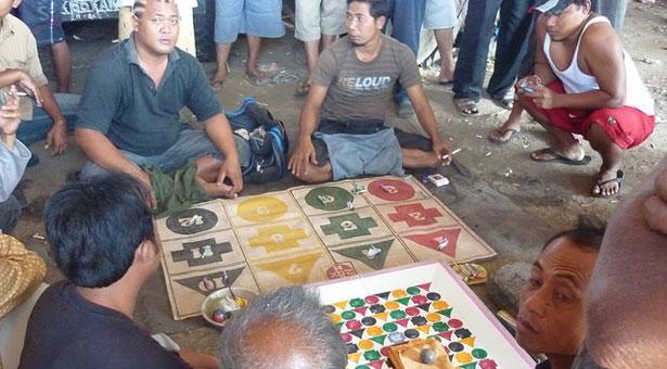 Jeux-pendant-combat-de-coqs-Bali