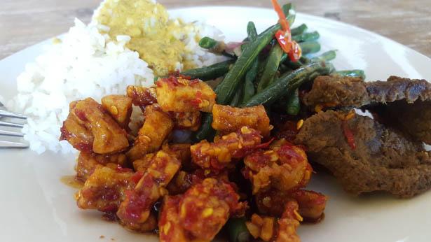 3_Plats indonesiens a deguster absolument a Bali_Nasi Campur (2)