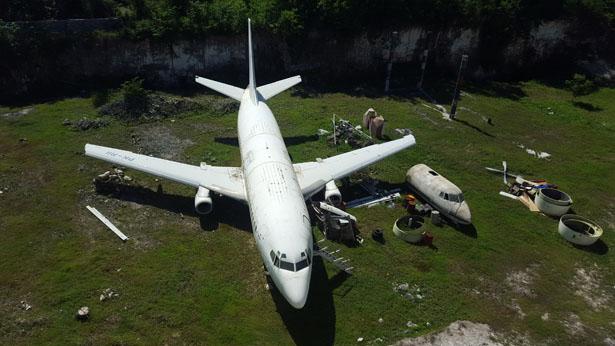 Decouvrez l'avion abandonne d'Ungasan sur le Bukit (1)